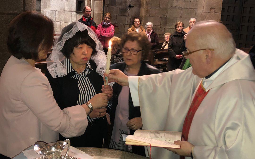 Una peregrina japonesa pide en la Catedral «La fe y el Bautismo»
